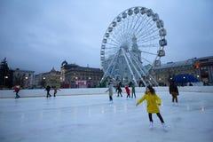 Kiev, Ukraine - 28 décembre 2017 : Les peuples patinent sur une piste de patinage photographie stock libre de droits