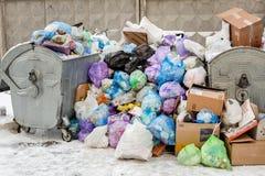Kiev, Ukraine - 9 décembre : Les poubelles débordées sur la rue de ville due à la disposition enlevant des travailleurs de servic photo stock