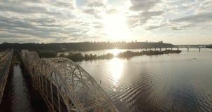 kiev ukraine De brug over de Dnieper-rivierwinter Spanwijdte over de stad met vogel` een s-oog mening bij zonsondergang Lonza stock footage