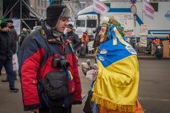 kiev ukraine 19 december, 2013 Mensen op Centrale straat van Th stock afbeeldingen