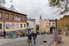 Kiev, Ukraine - 1er octobre 2017 : Touristes sur la descente d'Andreevsky de rue Images libres de droits