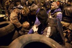 KIEV, UKRAINE - 20 février 2014 : L'autodéfense d'Euromaidan ont capturé le provocateur Photo libre de droits