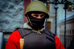 kiev ukraine Februari 23, 2014 Folk som protesterar på barricad royaltyfria bilder