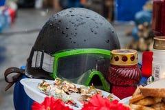 kiev ukraine Februari 23, 2014 Skyddande hjälmar på barrikaden royaltyfri bild