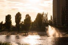 Kiev, Ukraine fontaines sur la banque de la rivière Kiev, Ukraine fontaines sur la banque de la rivière images stock