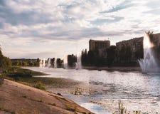 Kiev, Ukraine fontaines sur la banque de la rivière image stock