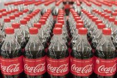 Kiev, Ukraine 22 juillet 2018 coke dans des bouteilles sur la rangée de l'affichage d'étagère à vendre dans l'épicerie d'hypermar Photos stock