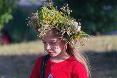 Kiev, Ukraine - 6 juillet 2017 : Jeune fille dans une guirlande des fleurs à la célébration des vacances slaves traditionnelles d Image stock