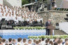 Kiev, Ukraine 22 juillet 2018 le choeur chrétien des jeunes hommes et les filles en parc chantent des chansons chrétiennes et amé photo libre de droits