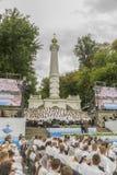 Kiev, Ukraine 22 juillet 2018 le choeur chrétien des jeunes hommes et les filles en parc chantent des chansons chrétiennes et amé photographie stock