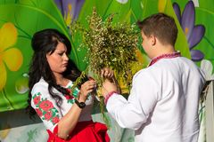 Kiev, Ukraine - 6 juillet 2018 : Le jeune couple tisse une guirlande aux vacances traditionnelles d'Ivan Kupala Photo stock