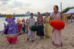 Kiev, Ukraine - 24 juillet 2018 : Marche de Krishnaites sur les banques de la rivière de Dnieper au festival Photographie stock libre de droits