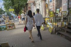 Kiev, Ukraine - 9 juillet 2017 : Passage de Ctizens par la galerie de rue Photographie stock