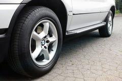 Kiev, Ukraine - 27 juillet 2018 : Une partie de la voiture grise BMW X5 Les roues de voiture se ferment sur un fond d'asphalte photos libres de droits