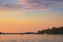 Kiev, Ukraine - 3 juin 2018 : Voile de yachts sans à-coup le long de la rivière Le ciel est rose Images libres de droits