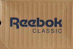 KIEV, UKRAINE-JULY 19,2017: segno blu di Reebok con fondo marrone chiaro, internazionale srl di Reebok - Gli sport calzano e comp Fotografie Stock