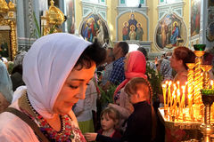 kiev ukraine Juni 2017: - Kvinna som ber i ortodox kyrka Arkivfoto