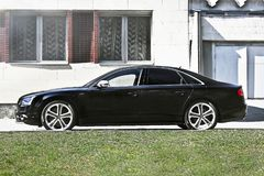 Kiev, Ukraine ; Le 10 avril 2014 Audi S8 sur le fond de construction photo stock