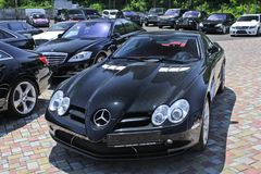Kiev, Ukraine ; Le 10 avril 2018 Mercedes-Benz SLR McLaren sur le fond Rolls Royce, BMW, Bentley photos stock