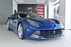 Kiev, Ukraine ; Le 22 avril 2015 Voiture de sport bleue Ferrari F12 photographie stock libre de droits