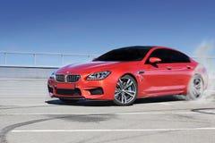 Kiev, Ukraine ; Le 25 juin 2013 ; BMW M6 et marques de pneu sur l'asphalte La voiture a calé chassoir images stock