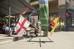 KIEV, UKRAINE - 26 mai 2018 drapeaux de l'Angleterre et de l'Espagne près du café, où les fans reposent des fans de la ligue de c Photo libre de droits