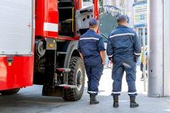 Kiev, Ukraine, mai 2018 : - les pompiers se tiennent près de leur pompe à incendie photo stock