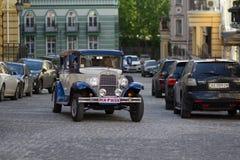 Kiev, Ukraine - 21 mai 2016 : Rétros tours de voiture avec les nouveaux mariés Photographie stock libre de droits
