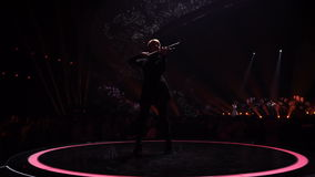 KIEV, UKRAINE - 12 MAI 2017 : Violoniste sur le concours de chanson d'Eurovision au centre d'exposition international banque de vidéos