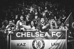 Kiev, UKRAINE - 14 mars 2019 : Les fans de Chelsea soutiennent l'?quipe pendant la correspondance d'UEFA Europa League entre Dyna photo libre de droits