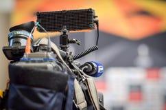 Kiev, UKRAINE - 14 mars 2019 : Les journalistes avec des cam?ras de t?l?vision travaillent et tirent pendant la correspondance d' photos libres de droits