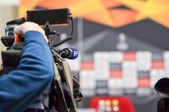 Kiev, UKRAINE - 14 mars 2019 : Les journalistes avec des cam?ras de t?l?vision travaillent et tirent pendant la correspondance d' image libre de droits