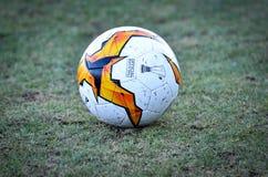 Kiev, UKRAINE - 14 mars 2019 : Plan rapproché de ballon de football d'Europa League sur la pelouse pendant la correspondance d'UE photo stock