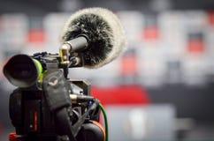 Kiev, UKRAINE - 14 mars 2019 : Plan rapproché de caméra de télévision pendant la conférence de presse pendant la correspondance d images stock