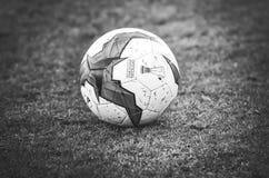 Kiev, UKRAINE - 14 mars 2019 : Plan rapproch? de ballon de football d'Europa League sur la pelouse pendant la correspondance d'UE image libre de droits