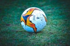 Kiev, UKRAINE - 14 mars 2019 : Plan rapproch? de ballon de football d'Europa League sur la pelouse pendant la correspondance d'UE images stock