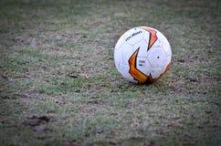 Kiev, UKRAINE - 14 mars 2019 : Plan rapproch? de ballon de football d'Europa League sur la pelouse pendant la correspondance d'UE photo libre de droits