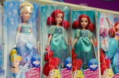 Kiev, Ukraine - 24 mars 2018 : Princesse Dolls de Disney à vendre dans le support de supermarché photos libres de droits