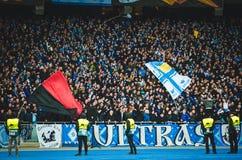 Kiev, UKRAINE - 14 mars 2019 : Ultras et fans soutiennent l'équipe pendant la correspondance d'UEFA Europa League entre Dynamo Ki photos stock