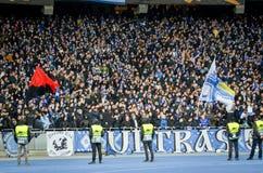 Kiev, UKRAINE - 14 mars 2019 : Ultras et fans soutiennent l'?quipe pendant la correspondance d'UEFA Europa League entre Dynamo Ki photographie stock libre de droits