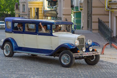 Kiev, Ukraine - May 21, 2016: Retro car rides with the newlyweds Royalty Free Stock Photos