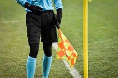 KIEV, UKRAINE - 29 novembre 2018 : Arbitre latéral près du drapeau faisant le coin pendant la correspondance d'UEFA Europa League photos libres de droits