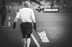 KIEV, UKRAINE - 29 novembre 2018 : Arbitre lat?ral pr?s du drapeau faisant le coin pendant la correspondance d'UEFA Europa League images libres de droits