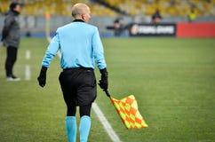 KIEV, UKRAINE - 29 novembre 2018 : Arbitre lat?ral pr?s du drapeau faisant le coin pendant la correspondance d'UEFA Europa League photographie stock libre de droits