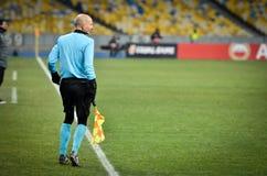 KIEV, UKRAINE - 29 novembre 2018 : Arbitre lat?ral pr?s du drapeau faisant le coin pendant la correspondance d'UEFA Europa League image stock
