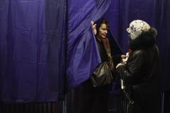 KIEV, UKRAINE - 15 novembre 2015 : 1.088 de 1.089 bureaux de vote se sont ouverts dans Kyiv à 08 00 a M Images stock