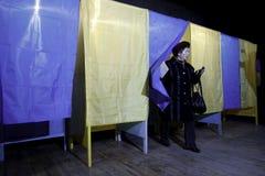 KIEV, UKRAINE - 15 novembre 2015 : 1.088 de 1.089 bureaux de vote se sont ouverts dans Kyiv à 08 00 a M Photographie stock