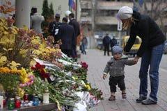 KIEV, UKRAINE - 14 novembre 2015 : Les gens étendent des fleurs à l'ambassade de France à Kiev à la mémoire des attaques de terre Images stock