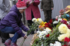 KIEV, UKRAINE - 14 novembre 2015 : Les gens étendent des fleurs à l'ambassade de France à Kiev à la mémoire des attaques de terre Photographie stock libre de droits