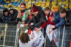 KIEV, UKRAINE - 29 novembre 2018 : Matteo Guendouzi avec des fans pendant la correspondance d'UEFA Europa League entre Vorskla Po images libres de droits
